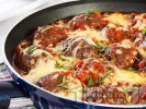 Рецепта Пържени кюфтета на тиган с доматен сос, поръсени и запечени с кашкавал или сирене моцарела на фурна